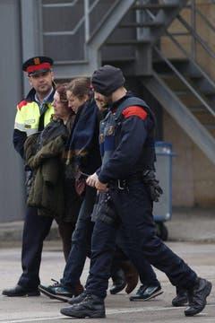 Polizisten kümmern sich am Flughafen von Barcelona um trauernde Angehörige. (Bild: Keystone)