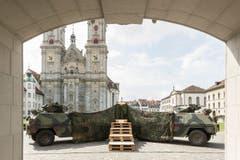 Camouflage mitten im Weltkulturerbe: Vorbereitungen für eine Fahnenübergabe auf dem St.Galler Klosterplatz. (Bild: Hanspeter Schiess)