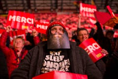 Bärtige Fans: Ein Berner Zuschauer feuert seine Mannschaft mit aufgeklebtem Bart an. (Bild: Keystone)