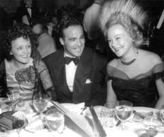 Edith Piaf (links iim Bild) mit einer frühen Liebe, Boxweltmeister Marcel Cerdan. Als dieser bei einem Flugzeugabsturz ums Leben kam, geriet die Sängerin in eine Lebenskrise. (Bild: STR (EPA))