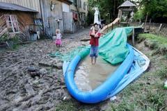 Kinder spielen in der «Untere Fabrik» im Schlamm. (Bild: Michel Canonica)