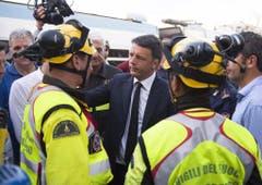 Matteo Renzi spricht mit den Rettungsmannschaften. (Bild: Keystone)