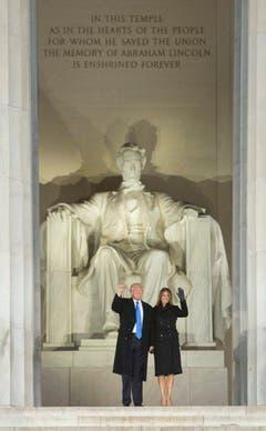 Donald Trump posiert mit First Lady Melania vor dem Lincoln Memorial in Washington. (Bild: Keystone)