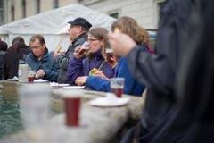 Bei Speis und Trank genossen die Besucher die Festivitäten. (Bild: Benjamin Manser)