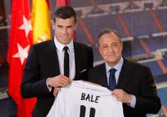 Platz 3: Gareth Bale. 2013 für 101 Millionen Euro von Tottenham Hotspurts zu Real Madrid. Rechts auf dem Bild: Real-Präsident Florentino Perez. (Bild: Daniel Ochoa de Olza / AP)