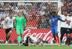 Schweinsteiger war es aber auch, der das Handspiel im Halbfinale gegen die Franzosen macht. Eine Runde vor dem Finalspiel mussten die Deutschen abreisen. (Bild: Keystone)