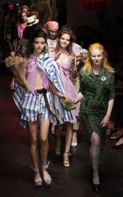 Westwood mit Models nach der Präsentation ihrer Sommer-Kollektion 2010. (Bild: Keystone)