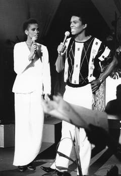 Whitney Houston mit Jermaine Jackson während einer Probe für die TV-Soap «When the World Turns», 1984. (Bild: Keystone)