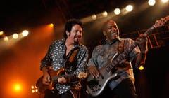 Steve Lukather (links) und Bassist Nathan East von Toto. (Bild: Reto Martin)
