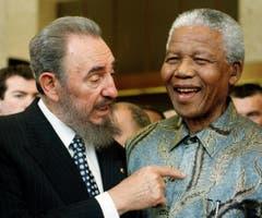 Fidel Castro mit Nelson Mandela im Mai 1998. (Bild: PATRICK AVIOLAT)