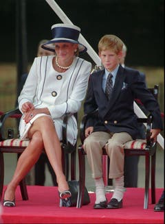 Prinzessin Diana und Prinz Harry nehmen am «Victory over Japan Day» teil. (Bild: Alastair Grant/AP (London, 19. August 1995))