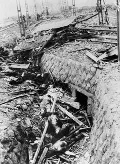 Oben in der Mitte ist ein völlig geplättetes Tram sichtbar. Die verbrannten Passagiere liegen verstreut auf dem Boden. Das Bild wurde fast einen Monat nach dem Atombombenabwurf gemacht. (Bild: Keystone)