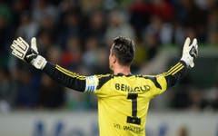Diego Benaglio treibt seine Wolfsburger an. (Bild: Keystone)