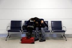 Michelle Rivas und Danny Ruiz sind im Flughafen Lambert-St.Louis International gestrandet. (Bild: Keystone)
