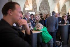 Mehr oder weniger interessiert verfolgen die Besucherinnen und Besucher die Geschehnisse im Pfalzkeller. (Bild: Urs Bucher)