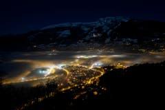 Besonderer Blick über Sargans: Ein Nebelmeer erstreckt sich im Dezember über die Stadt. (Bild: GIAN EHRENZELLER (KEYSTONE))