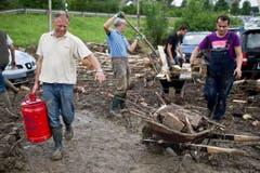 Männer beim Aufräumen in Herisau. (Bild: Keystone)