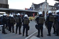 Polizisten umzingeln am Rapperswiler Bahnhof die Antifaschisten. (Bild: Manuela Matt)