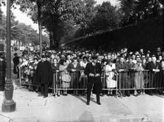 Zehntausende Menschen fanden sich im Januar 1963 zur Beerdigung von Edith Piaf ein. (Bild: Keystone)