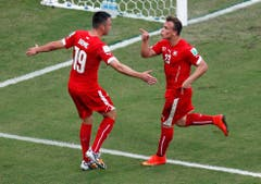 Xherdan Shaqiri feiert mit Josip Drmic (19) den zweiten Treffer. (Bild: Keystone)