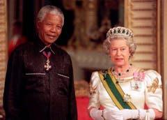 Ihm zu Ehren gibt Queen Elizabeth 1996 ein Bankett: Nelson Mandela zu Besuch im Buckingham Palace in London. (Bild: Keystone)