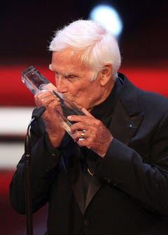 Joachim Fuchsberger küsst 2011 eine weitere Auszeichnung, die er erhalten hat. (Bild: Keystone)