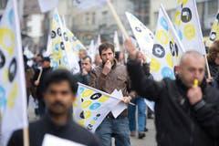 Mit Fahnen und Pfeifen protestierten die Menschen gegen die drohende Schliessung ihres Unternehmens. (Bild: Michel Canonica)