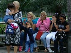Unterstützerinnen von Hugo Chávez erfahren am vom Tod des Präsidenten. (Bild: Keystone)