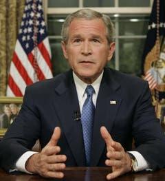"""Vom 20. Januar 2001 bis 20. Januar 2009 regierte der Republikaner George W. Bush (Jg.1946) im Weissen Haus. Die Terroranschläge am 11. September 2001 prägten die Amtszeit des 43. Präsidenten. Er erklärte in der Folge den """"Krieg gegen den Terror"""". Innenpolitisch endete seine Amtszeit in der grössten Finanzkrise seit der Grossen Depression im Jahr 1929. (Bild: Keystone)"""
