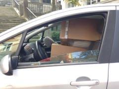 Vollgestopft mit Schachteln: Ein Wagen, welchen die Polizei aus dem Verkehr zog. (Bild: Stadtpolizei St.Gallen)