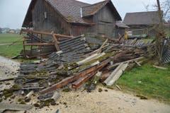 Ein Schopf in Rothenhausen hat dem Sturm nicht standgehalten. (Bild: Mario Testa)