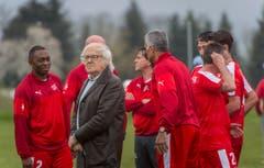 Neukirch Egnach TG - Rasentaufe mit Ex-Nati-Stars (Suisse Legends). Gilbert Gress und sein Team geben sich bei der Platzeroeffnung in Neukrich-Egnach die Ehre. (Bild: Andrea Stalder)