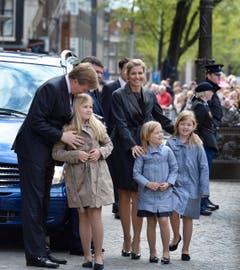 Kronprinz Willem-Alexander mit seinen Töchtern, Amalia, Ariane und Alexia (von links) sowie Ehefrau Maxima (hinten). (Bild: Keystone)
