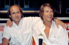 Zwei Brüder: Der Fotograf, Grafiker und Autor Manfred Bockelmann mit seinem berühmten Bruder an dessen 60. Geburtstag (Bild: Keystone)