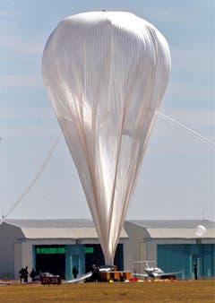 45 bis 60 Minuten dauert es, bis der Ballon mit Helium gefüllt ist. (Bild: Keystone)