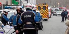 Ein Grossaufgebot von Polizisten und Rettungskräften am Tatort. (Bild: Keystone)