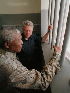 Nelson Mandela erzählt US-Präsident Bill Clinton von seiner Zeit in Gefangenschaft auf Robben Island (1998). (Bild: Keystone)