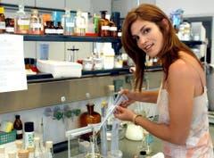 Im Juni 2003 mixte Cindy Crawford in einem Kosmetiklabor Farben für ihr Parfum. (Bild: Keystone)