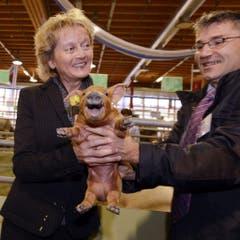 Hilfe naht: Christian Manser, Präsident Olma-Tierschauen, unterstützt die Bundespräsidentin mit dem quiekenden Ferkel. (Bild: Keystone)