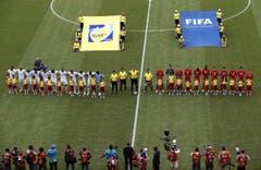 Die beiden Teams stellen sich vor dem Spiel in Manaus für die Hymnen auf. (Bild: Keystone)