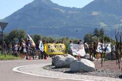 Grüne und Junge Grüne aus dem St.Galler Rheintal sowie dem Vorarlberg besammeln sich kurz vor 12 Uhr zur friedlichen Mahnwache am Verkehrskreisel gegenüber des von der EA ausgeschriebenen Treffpunkts. (Bild: mak)