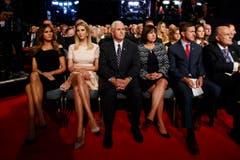 Melania Trump (links), Ehefrau von Donald, und Ivanka Trump sitzen in der ersten Reihe. (Bild: Keystone)