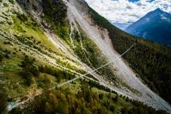 Die Europabrücke wurde im Juli eröffnet. Sie misst 494 Meter und ist die weltweit längste zu Fuss begehbare Brücke. Sie verbindet die beiden Dörfer Zermatt und Grächen. (Bild: VALENTIN FLAURAUD (KEYSTONE))