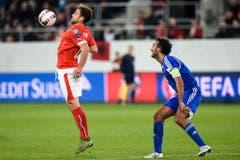 Ballannahme per Brust: Der Schweizer Admir Mehmedi zeigt sein Können. (Bild: Keystone)