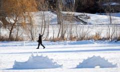 Ein Mann läuft in Minneapolis, Minnesota, an einer Schneeskulptur vorbei. (Bild: Keystone)