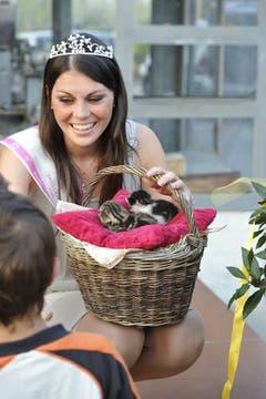 Patricia Rimle erhielt vom Samariternachwuchs zwei Kätzchen. (Bild: Hanspeter Schiess)