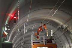 Nach dem Hauptdurchschlag werden Schienen und Fahrleitungen eingebaut. (Bild: Keystone)
