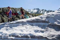 Auch das war der Sommer 2016: Snowboarden auf dem Gotthardpass, aufgenommen im Juni. (Bild: ALEXANDRA WEY (KEYSTONE))
