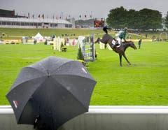 Bereits am Freitagnachmittag waren Regenschirme unerlässlich. (Bild: Urs Bucher)
