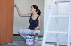 Miss Ostschweiz ist eine Malerin: Lisa Schneider auf dem Bau in Wängi. (Bild: Nana do Carmo)